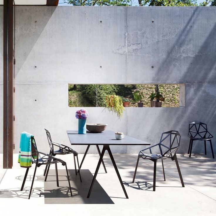Czy mieliście okazję siedzieć na Chair One? Krzesło zostało zaprojektowane dla firmy Magis w 2003 roku przez Konstantina Grcica. Dostępne jest w kilku kolorach oraz typach. Nam najbardziej przypadło do gustu czerwone z betonową nogą głównie do przestrzeni zewnętrznej. Gdyby ktoś chciał nieco ocieplić surowy wygląd krzesła może zastosować dedykowane poduszki z tkaniną Kvadrat.