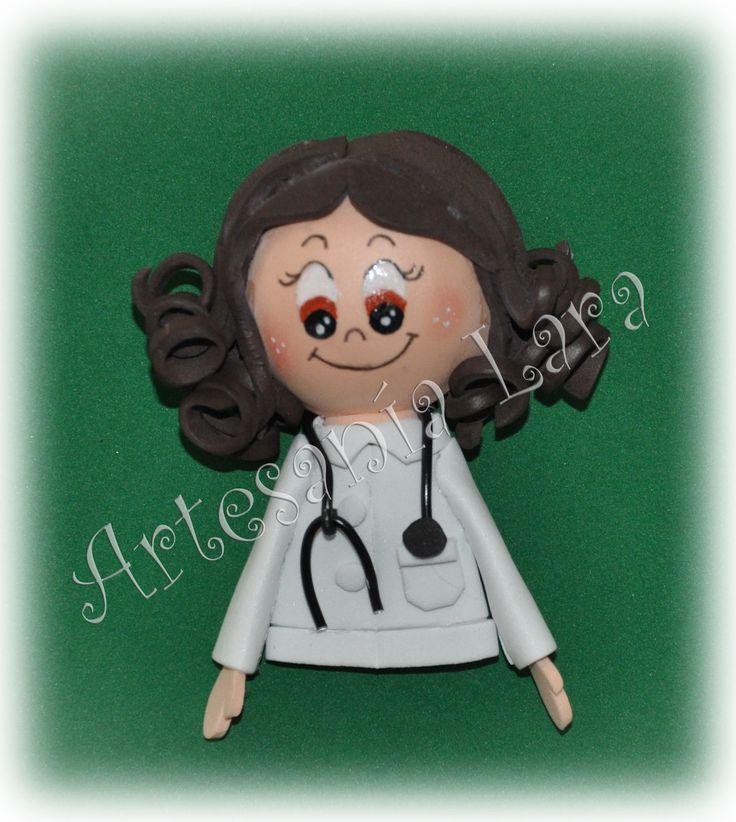 BROCHE DE DOCTORA EN GOMA EVA https://artesania-lara.blogspot.com.es/