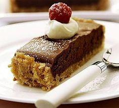 Ένα υπέροχο γλυκό ψυγείου με μπισκοτένια βάση και κρέμα με 2 σοκολάτες. Μια πολύ εύκολη συνταγή για ένα λαχταριστό γλυκό σοκολάτας. Για τη βάση: 80 γρ. βιτ