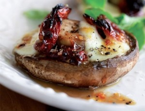 Champignons gevuld met feta en zongedroogde tomaatjes van de grill