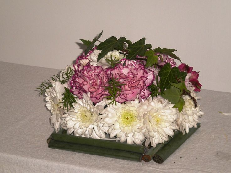 Diseño para mesa de invitados con flores de estación.