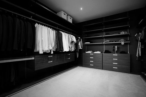 Luxurious and huge men s walk in closet great ideas for for Black walk in wardrobe