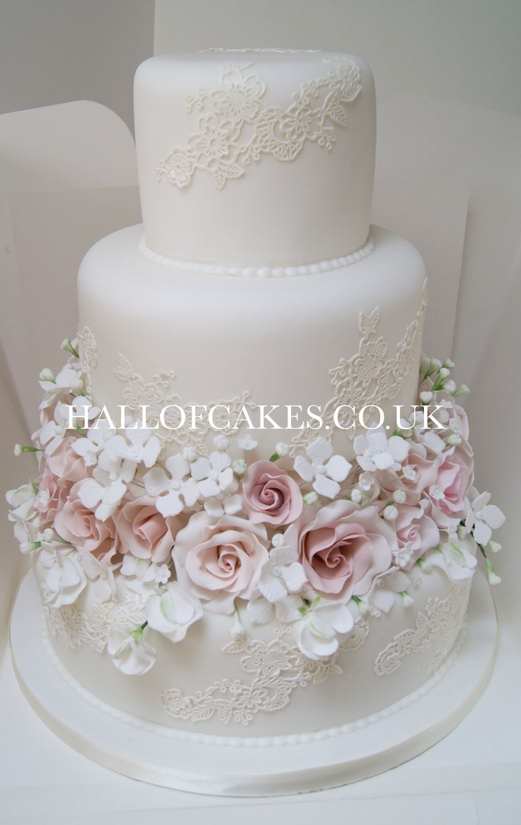 Stunning lace and sugar blossoms by Hall of Cakes