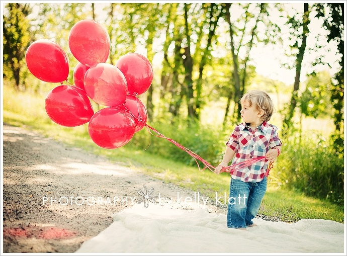 love the red balloons for an outdoor photo session