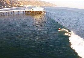 31-Aug-2014 11:13 - SURFLEGENDE PAKT GIGANTISCHE GOLF 'DOOR DE PIER' IN MALIBU. Surflegende Laird Hamilton maakte gisteren dankbaar gebruik van de gigantische golven in Californië om toeschouwers op het strand te verbazen. Op...