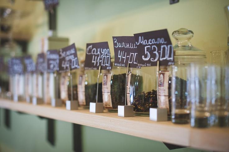 •25 моносортов кофе класса «specialty», тщательно подобранного со всех уголков кофейного пояса Земли - с вершин Боливийских гор, побережья африканского озера Lake Malawi (Малави), аравийского плоскогорья Йемена или острова Ява.