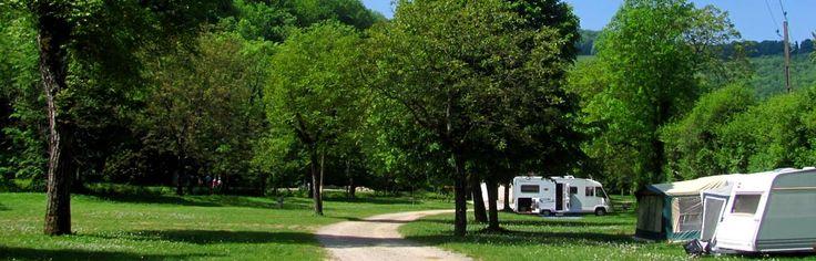 Camping de la Toupe, eenvoudige gemeentelijke camping met 52 standplaatsen in een van de mooist gelegen dorpjes van de Jura, Baume-les-Messieurs, prachtig gelegen in een keteldal. De camping zelf heeft basale faciliteiten, maar in de omgeving is genoeg te beleven, zoals leuke dorpjes, stadjes en indrukwekkende natuur.