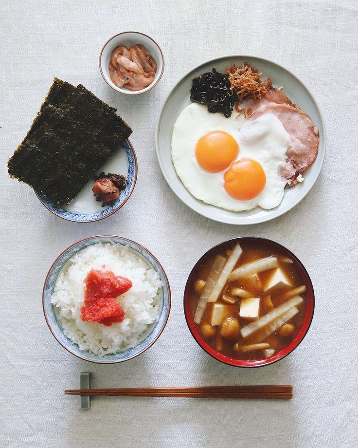 Today's breakfast  .  今日の朝ごはん🍚  炊きたての新米に明太子、ハムエッグ、昆布、ちりめん山椒、塩辛、梅干、海苔、大根と豆腐となめこの味噌汁。ごはんが進み過ぎてしまう内容で、まさに新米祭り。  .  今朝の新米はakomeyaさんからいただいた新米「はるみ」を使ってます。茨城産の特A米の新品種。しっかりした味わいが美味しく、さらにあっさりめということでモリモリいけます。いただいた3合もあっというまに完食でした!  @akomeya_tokyo .  .  #akomeya #akomeya新米 #ハムエッグ定食 #ハムエッグ #朝ごはん #朝食 #朝定食 #明太子 #昆布 #梅干 #ちりめんじゃこ #なめこの味噌汁 #塩辛 #海苔 #おうちごはん #japanesebreakfast #breakfast #gohan