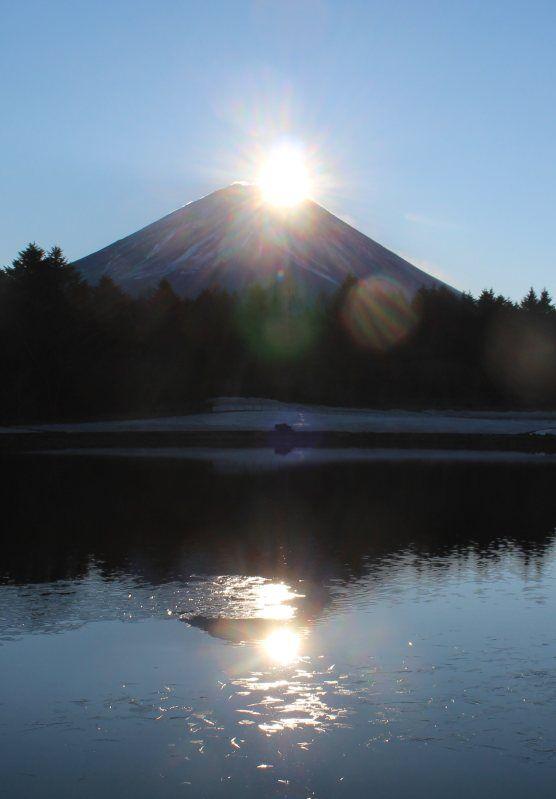 山梨県富士河口湖町で1日朝、富士山頂付近に太陽が重なり宝石のように輝く「ダイヤモンド富士」が出現した。観光客らが初日の出の幻想的な風景を楽しんだ。 20160101