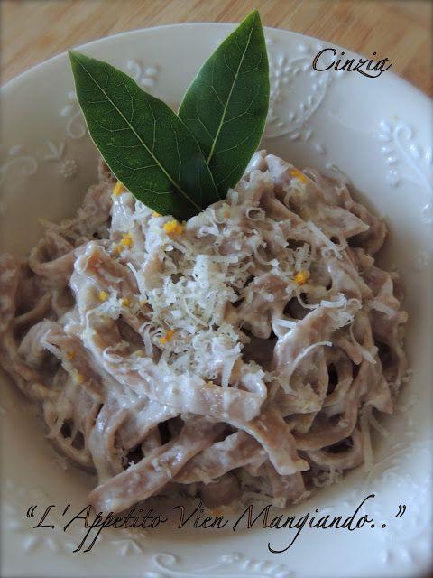 Valle d'Aosta - Tagliatelle con farina di castagne, fontina e noci - Questo piatto è tipico anche dell'Emilia Romagna, è diverso negli ingredienti e nel condimento.. Ricetta: http://cinziaaifornelli.blogspot.it/2012/10/cucina-regionale-valdostana-castagne.html