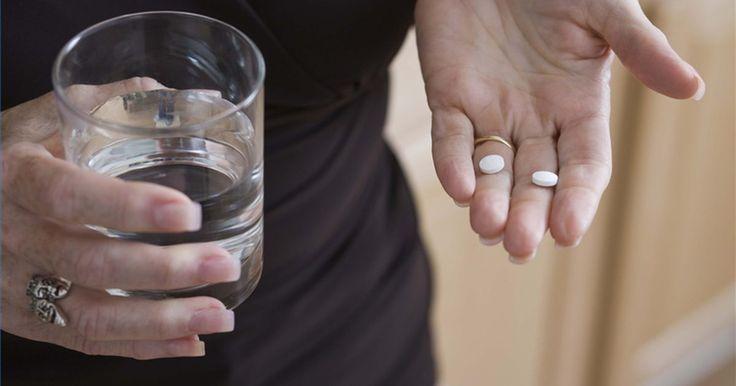 Como tomar vitamina C e E para tratar celulite. A celulite, uma infecção da pele, quase sempre é tratada com antibióticos, mas terapias alternativas como o uso de vitaminas C e E podem ajudar no controle do problema. Tomar essas vitaminas ajuda a promover a cura e melhora a pele.