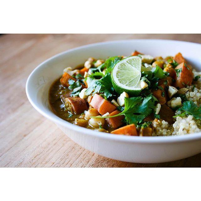 Nog geen inspiratie voor het diner vanavond? Wat dacht je van deze (milde) Thaise gele curry met zoete aardappel & kikkererwten? Het staat razendsnel op tafel, is niet duur en zit bomvol smaak! Het recept staat op de website van @ekoplazabio maar nu ook op mijn website (link in bio). ✨ #curry #biologisch #glutenvrij #suikervrij #zuivelvrij #vegan #vegetarisch #gezondrecept #foodcoach #foodblogger #EkoPlaza #biobudget