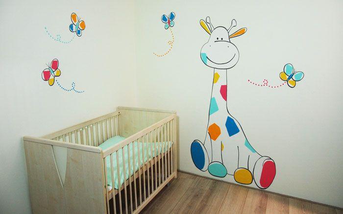 Muurschildering van een vrolijk girafje voor in de babykamer. Gemaakt door BIM Muurschildering, kan naar wens aangepast worden - zowel het ontwerp als de kleuren.