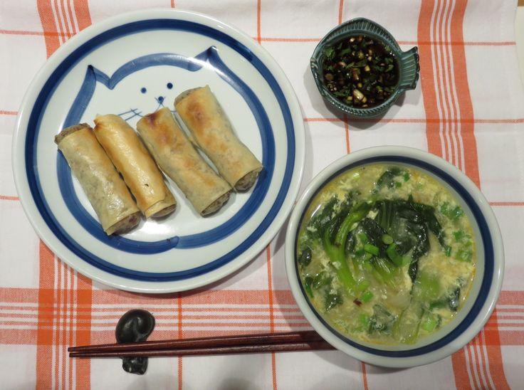 Baked Egg roll and Bok-Choy Egg drop soup. 오늘 저녘으론 타이음식으로 기름에 튀기지 않고 오븐에 베이크해서 만든 애그롤 과 박쵸이를 넣은 애그드랍 스프. *애그롤- 갈은 소고기, 양파, 당근, 양배추, 파 많이 를 양념(소금, 후추, 마늘, 생강)을 넣어볶아서, 당면 삶은것과 마요네즈조금 을 넣어 돌돌만것을 기름을 살짝 뿌려서 화씨 400도오븐에 한 25~30분정도 노릇 노릇할때까지 익혀줍니당. *스프-치킨스톡에 박초이, 양파, 타이 피쉬 쏘스,고추기름을 넣고 끓이다, 불으끄고 계란푼것과 파를 넣고 뚜껑을 1분정도 닫아두새요. 마지막으로 셀란트라를 조금 넣어줍니다. *양념간장- 간장, 라임쥬스, 타이고추, 셀란트라.