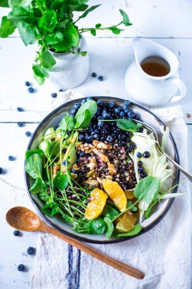 Топ-5 вкусных и полезных идей салатов для легкого ужина:   1. яблоки + шпинат + грецкие орехи + сельдерей. Заправить соусом из оливкового масла, сметаны и зерновой горчицы.   2. авокадо + яблоко + лайм + киви. Заправить соусом из меда, мяты и орехов   3. брынза + зеленый лук + салатные листья + редис. Заправить соусом из сметаны и укропа.   4. молодая капуста + огурцы + вареные яйца. Заправить соусом из растительного масла и петрушки   5. курица-гриль + томаты-черри + огурцы + салатные…