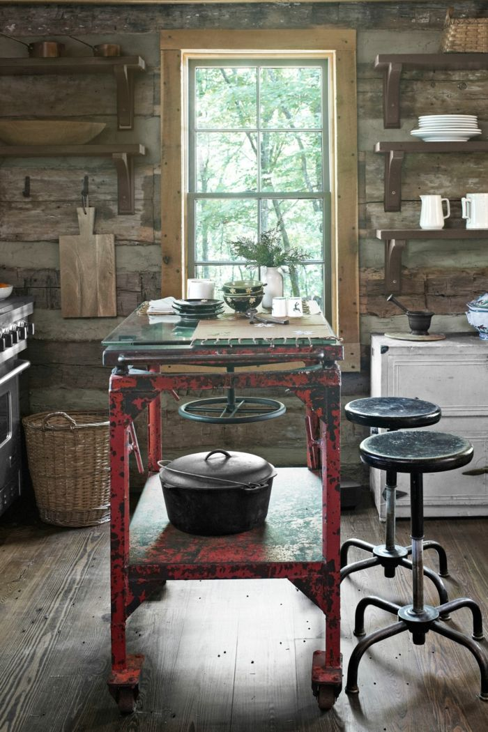 cocinas rusticas de obra,cocina pequeña con ventana, mesa industrial desgastada, sillas redondas, paredes de madera
