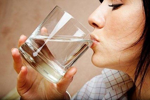 Boş mideyle 4 bardak su içince bakın neler oluyor?