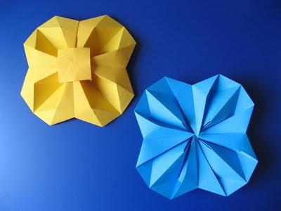 Fiore geometrico (vista da sopra e da sotto) - Geometric Flower (top view - bottom view). Origami: from one uncut square of copy paper, 21 x 21 cm. Designed and folded by Francesco Guarnieri, April 2011.  http://guarnieri-origami.blogspot.it/2013/01/fiore-geometrico.html