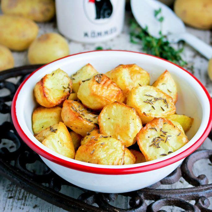 In de oven geroosterde aardappeltjes met kummel: een verrukkelijk bijgerecht bij karbonaadjes, lamsvlees, een hammetje of onze sappige kapucijnerschotel met tomatensaus, paprika en spekjes (recept op dezelfde site)!