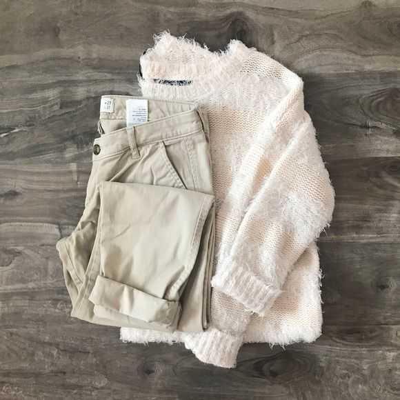 """🆕 Hollister • Khaki Skinny Pants ▫️Brand: Hollister Co. ▫️Size: 5/27 ▫️Condition: New without tags. ▫️Description: Khaki skinny pants.  🔻Additional pics upon request.  🔻No """"lowest?"""" / holds  🔻Reasonable offers accept via offer button. 🔻Questions? Please ask! Hollister Pants Skinny"""