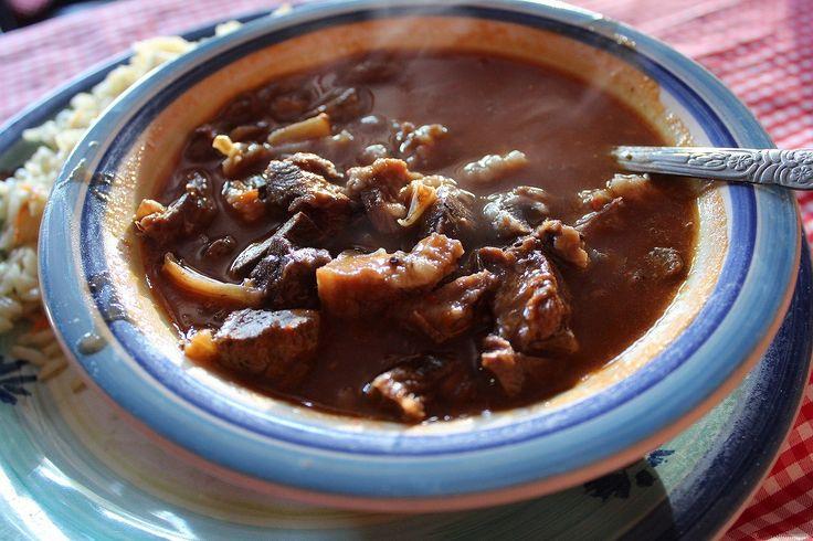 グアテマラの中部アンティグアで食べたモツ煮込みのシチュー。日本でもモツ煮には定番で、他にもイタリアのトリッパの煮込みやスペインのカジョスなど臓物を煮込んだ料理は多々あるが、グアテマラにもレボルカドという料理がある。