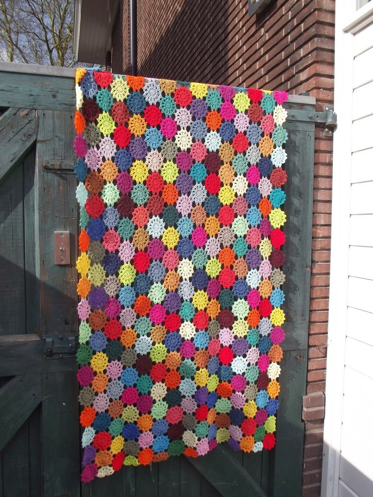 Crochet Flower Blanket - The website is Dutch, there's a hand drawn Flower Motif diagram non-Dutch can follow, and this link has a clearer picture of the motifs and how they're joined (click pics to enlarge): http://avanav.blogspot.co.uk/2014/02/restjes-katoen-2.html
