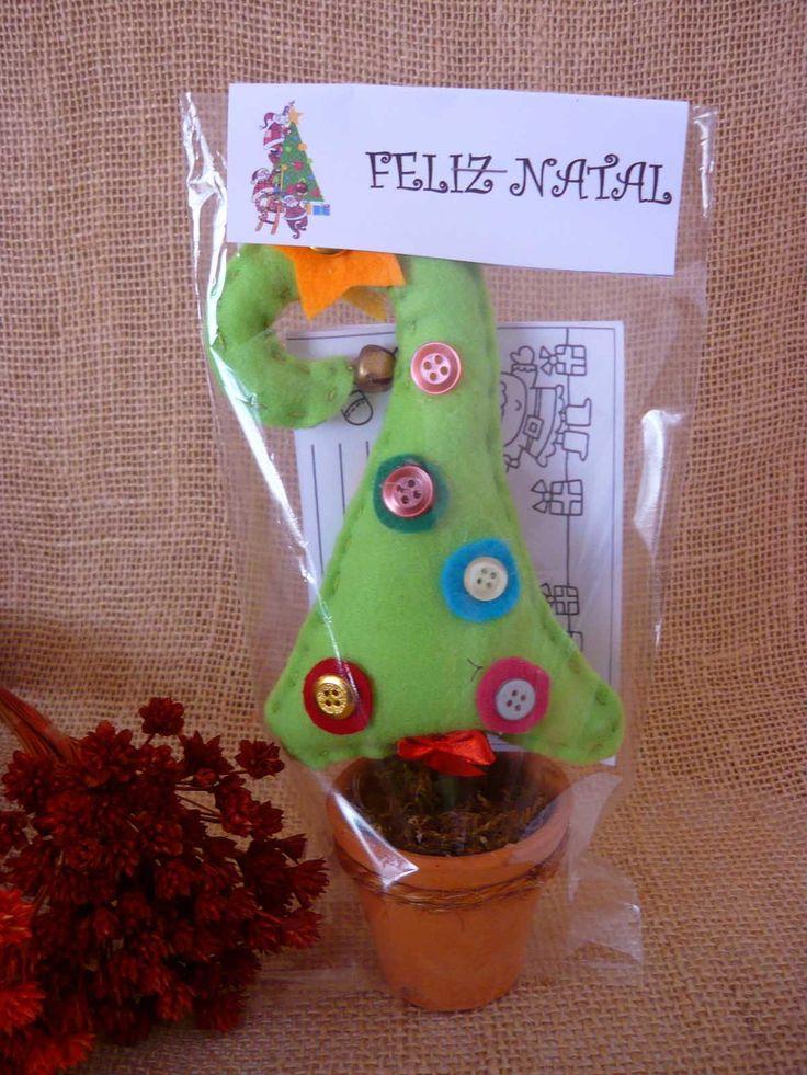 Árvore de Natal miniatura, feita em feltro, com detalhes com botões guizo e feltro.    Formato final de 22x10 cm    Peso em torno de 100 g    Perfeita para lembrancinhas infantis, acompanha de brinde cartinha para colorir e escrever ao Papai Noel