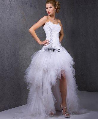 Traditionnelle de dos et très rock vue de devant, la robe asymétrique est le compromis parfait pour les mariées en recherche d'excentricité.
