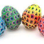 Павлиньи перья на пасхальных яйцах