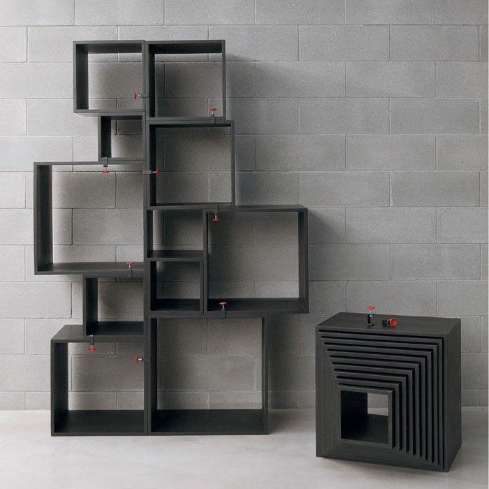 De assemblage van Seletti word geleverd met 12 metalen klemmen voorzien van een rode kleur waarmee u de blokken aan elkaar vast kunt klemmen. Zo heeft  u alle vrijheid uw eigen kast te ontwerpen en speels te plaatsen welke eenvoudig te verplaatsen of te vervoeren is.