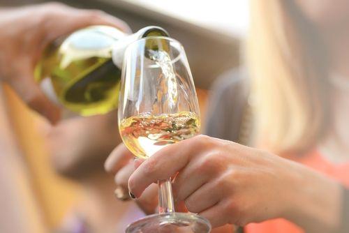 Wein - in Maßen genossen - ist gesund. Leider macht er aber auch dick. Ein Glas Weißwein (0,2 Liter) hat etwa 138 Kalorien. Das entspricht dem Kaloriengehalt von einem Glas Cola (144 kcal). Und selbst das ist noch ein Mittelwert...