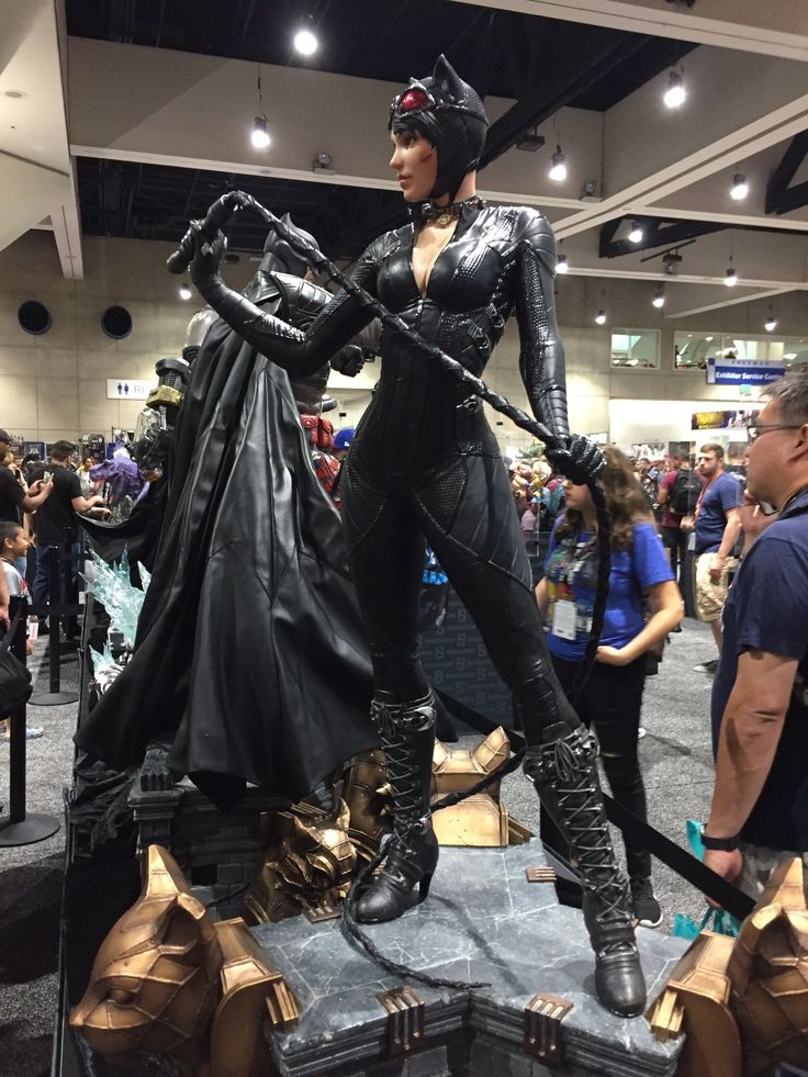 @AndrewBatReview | SDCC 2017 | Arkham Knight Catwoman life-sized statue! ❤️
