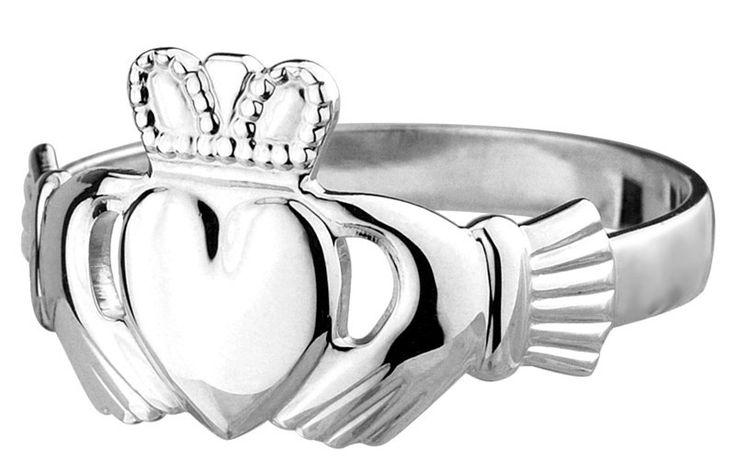 Offrir une bague Claddagh est un gage d'amour ou d'amitié ! La bague Claddagh représente : l'amitié (les mains), l'amour (le cœur) et la loyauté (la couronne).