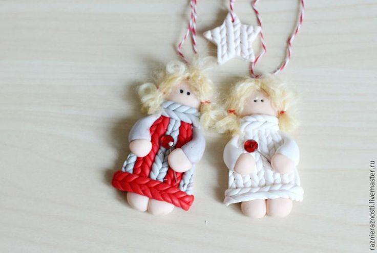 Хочу показать вам, как сделать Рождественского ангела. Или не рождественского :) новогоднего — кому как нравится :)В любом случае, сделать такое украшение довольно просто. Начнем? 1. Нам понадобится: полимерная глина фимо: бежевый( для тела) и любого цвета для одежды.Скалка. Нож. Нитки для волос. Клеевой пистолет. 2. Делаем 'лепешечку' — это голова.