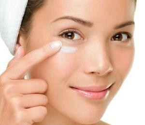 Как скрыть небольшие недостатки кожи вокруг глаз и как сохранить ее гладкой и упругой.