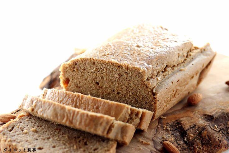 ダイエット食事・糖質オフアーモンドバターのパン・オリーブのまな板にあるパン。グルテンフリーと大豆不使用。糖質は3g以下です。