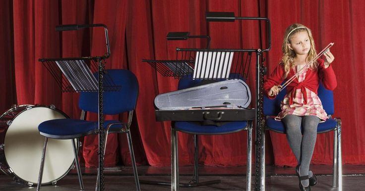 Cómo enseñar a tocar violín usando el método Suzuki . Cuando los estudiantes Suzuki se presentan, dejan a las audiencias sin aliento con su asombrosa estabilidad para tocar el violín, o cualquier instrumento, incluso a una edad muy temprana. El violinista, profesor y humanista Dr. Shinichi Suzuki desarrolló el método Suzuki no como una forma de aislar a los músicos, sino como un enfoque holístico a ...