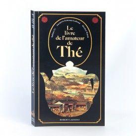 LE LIVRE DE L'AMATEUR DE THE 22,00 € Breuvage des dieux et des hommes, des pays chauds et des froides contrées, ami du solitaire ou impératif des mondanités, le thé ignore les frontières et dévoile aujourd'hui sa véritable nature : l'universalité. Celle-ci ne s'est pas manifestée dès l'abord, et le chemin est long qui, de la naissance légendaire du thé en Chine, au IIIème millénaire avant notre ère, aboutit au sachet que nos contemporains pressés jettent négligemment dans leur tasse...