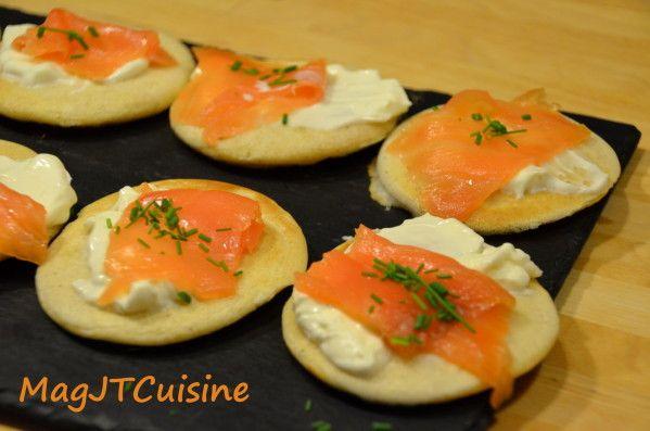 Petit blinis saumon sur son lit de Kiri, un vrai régal à l'apéro ! #kiri #apero #blinis #saumon #recette #gourmande #fromage