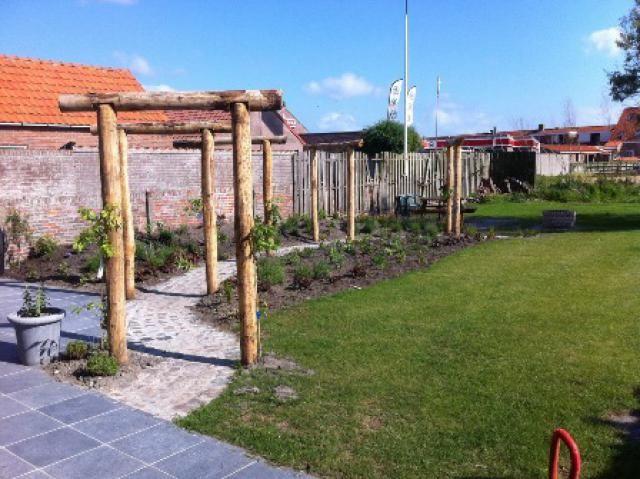 Mooie toepassing van kastanje houten palen in de tuin. Een kastanje houten paal kan als alternatief voor geïmpregneerde houten palen worden toegepast. Kastanjehout is een houtsoort met een langere levensduur, het valt in duurzaamheidklasse II/III.