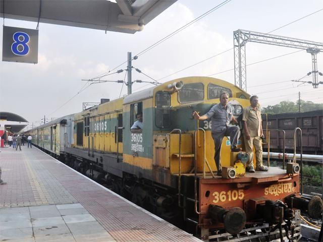 Slideshow : Duronto Express gets a new platform at Nagpur Railway Station - Duronto Express gets a new platform at Nagpur Railway Station - The Economic Times
