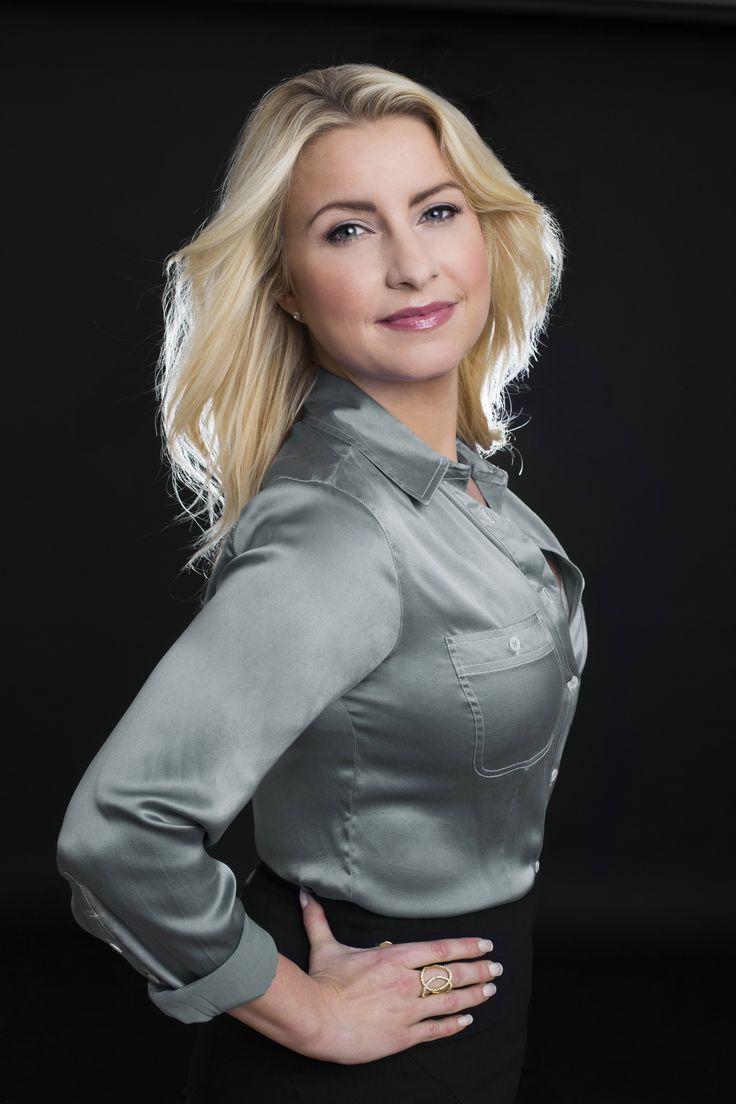 """Louise Luxhøi er mental sundhedsekspert og cand.mag. i psykologi og sundhedsfremmende strategier. Hun baner med sin tværfaglige viden om positiv psykologi og neurologi vejen for mentaltræning, der på en praktisk og innovativ måde bringer mental sundhed på dagsordenen. Hun har bidraget med flere videnskabelige dokumentarserier på DR2, senest """"Pessimisterne"""". Louise Luxhøi er grundlægger af konsulentvirksomheden HappyLab."""