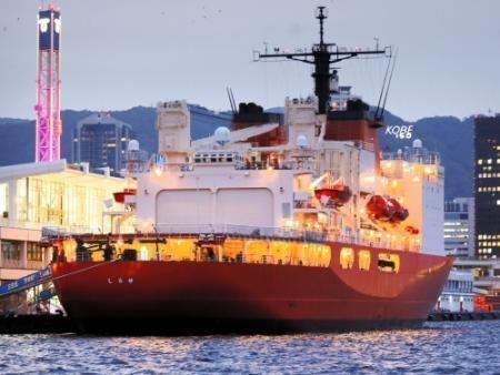神戸に寄港した南極観測船「しらせ」。氷の海を航海するための工夫が凝らされている= - Yahoo!ニュース(神戸新聞NEXT)