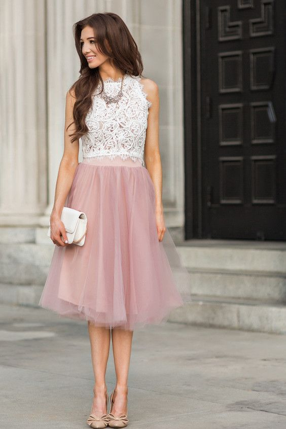 Este top corto de encaje blanco apareado con una falda de tul en rosa  lavanda será tu conjunto favorito para asistir a una boda. b3fa393e9268