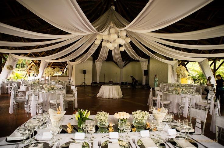 decoración boda, velos y globos chinos, centro de mesa con rosas y hortensias blancas. #DecoraciónBoda #BodaÍndigo Boda. Indigo Bodas y Eventos www.indigobodasyeventos.com