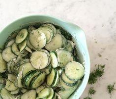 Snelle komkommersalade De mayonaise vervang ik door yogonaise of losgeklopte kwark. Blijft heerlijk!