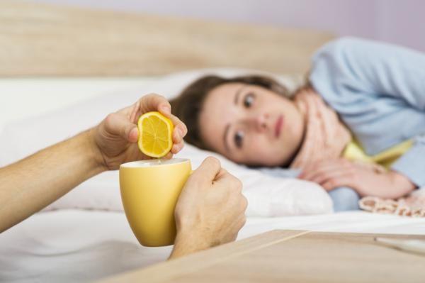 Cómo quitar la fiebre con limón. La temperatura elevada es un síntoma muy común cuando nuestro cuerpo está combatiendo alguna enfermedad infecciosa, proceso vírico u otras afecciones. Asimismo, puede darse cuando hay algunos cambios ...