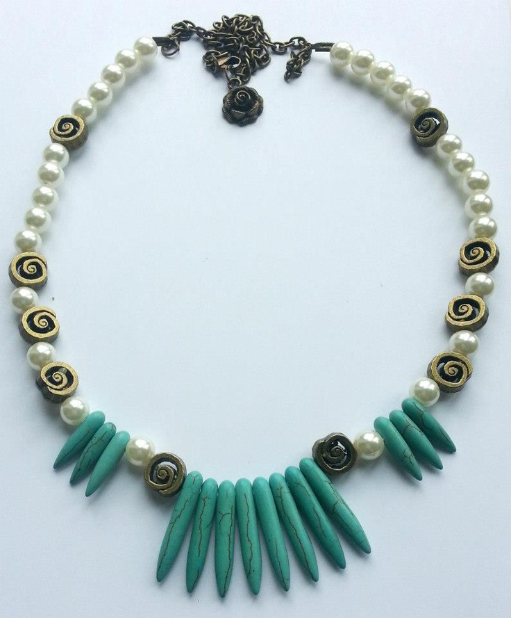 Handmade necklace creayed with pearls, howl and bronze inserts.