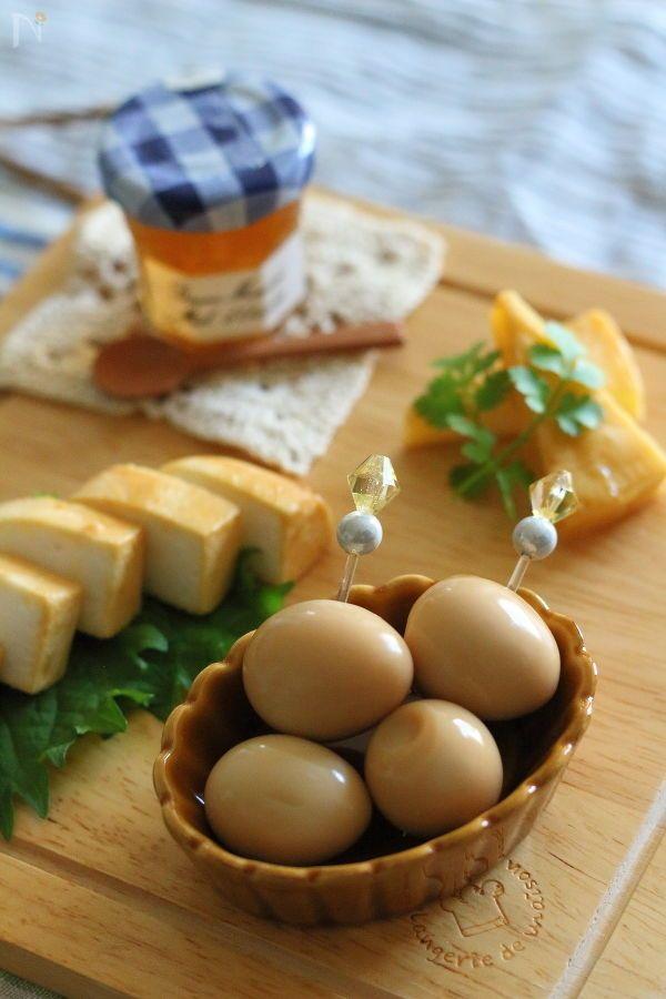 うずら卵を、にんにくを加えたみそ床に漬けます。  食べごろは1日後から。    味がしっかりつくので、お弁当にも おつまみにもぴったりです。    写真に一緒に写っているチーズや、はんぺんのみそ漬けのレシピはこちら  ◆https://oceans-nadia.com/user/11064/recipe/205573◆