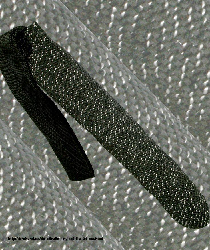 DS Bitrulle i nylcot 5 x 21 cm - Kamprullar och bitstockar från och vår egen tillverkning. Kamprulle för träning av jakt- och kamplust. Tillverkad av nylcot, försedd med handtag.